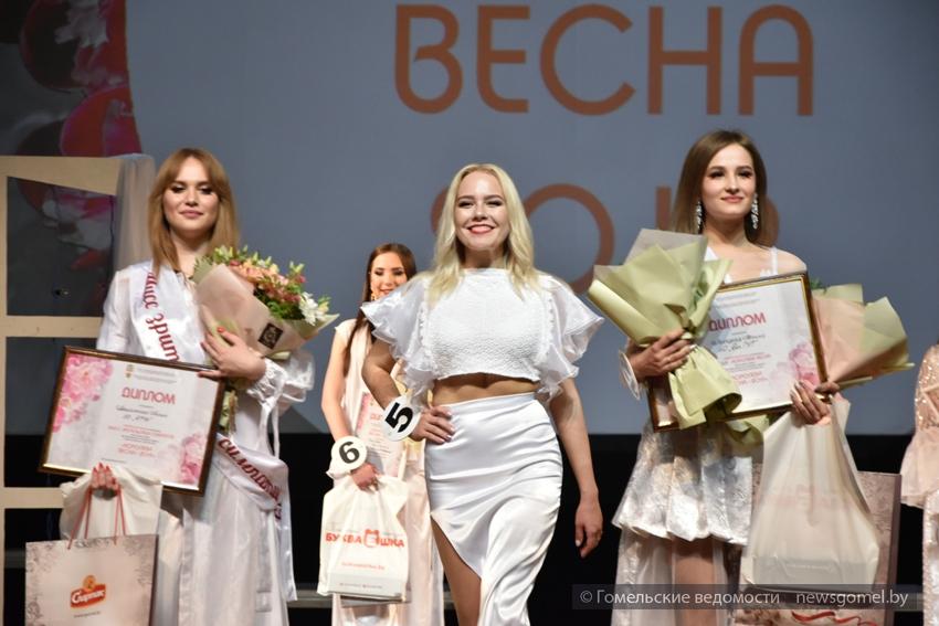 Победительница конкурса (в центре) Мария Бартновская (ГГМУ)